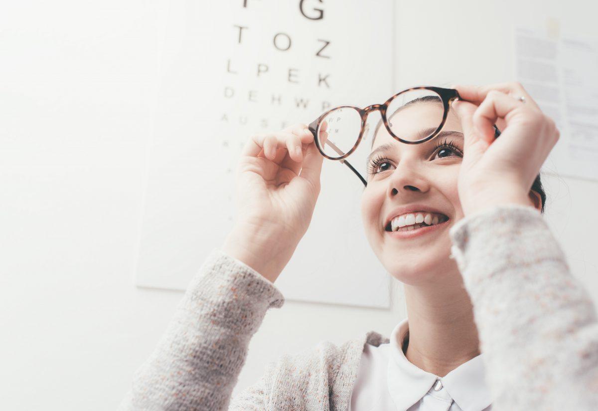 01-how-old-is-myopia-laser-most-suitable-1200x824.jpg