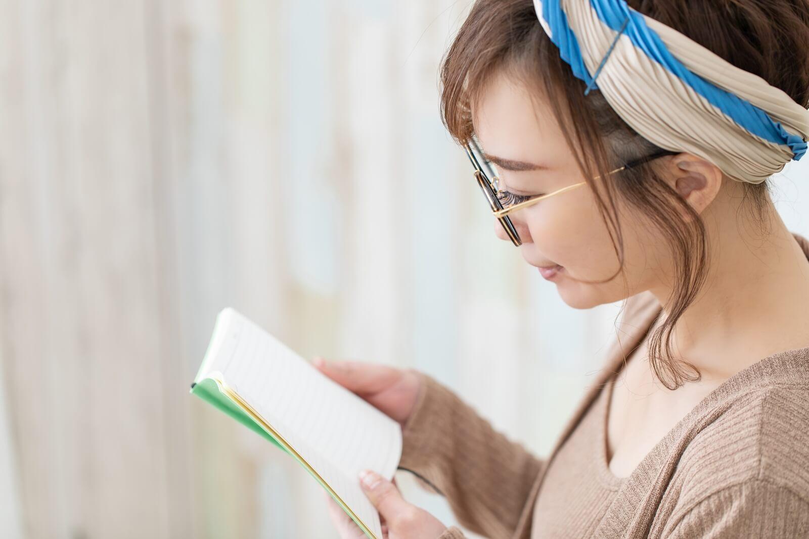 女生閱讀書籍